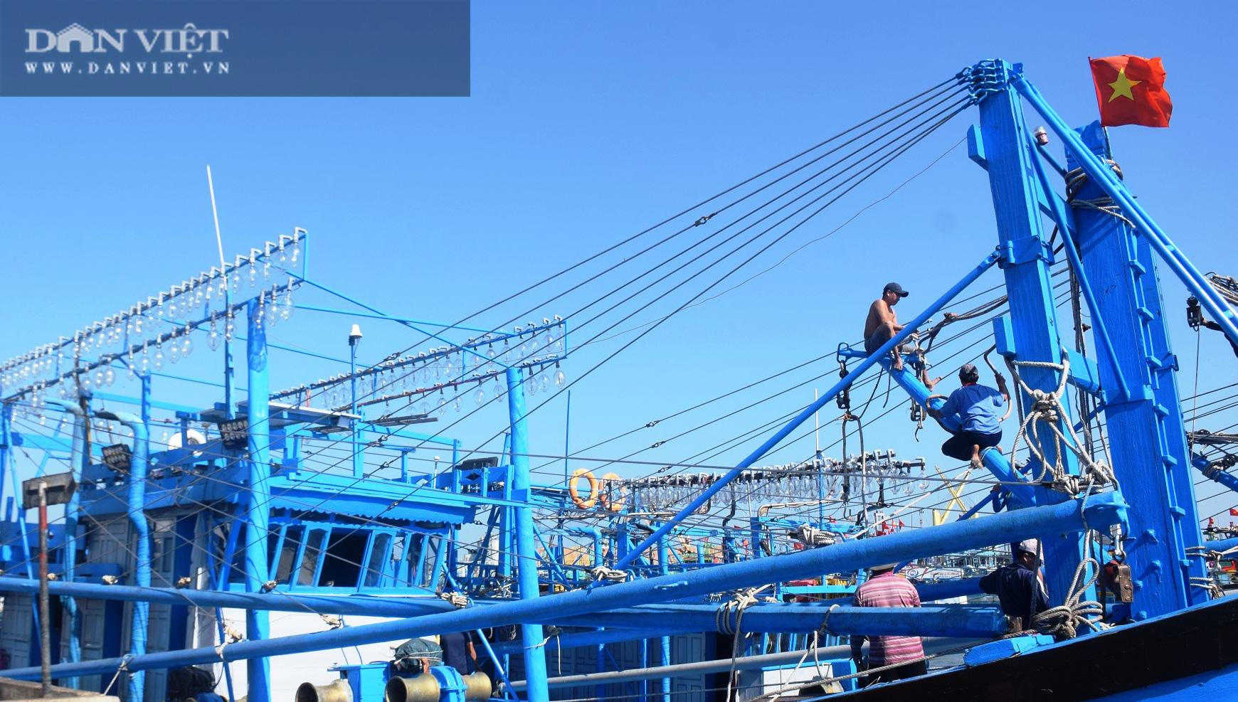 Ngư dân Bình Định đồng loạt xuất chuyến biển đầu năm - Ảnh 1.
