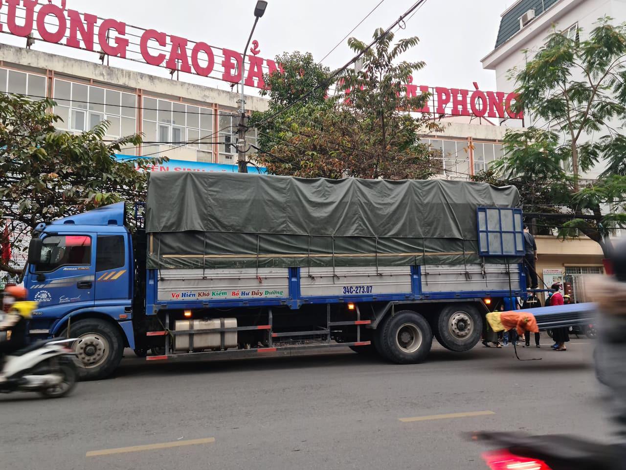 Hải Phòng: Xe tải biển Hải Dương vào bán nông sản người dân quây kín mua hàng - Ảnh 1.