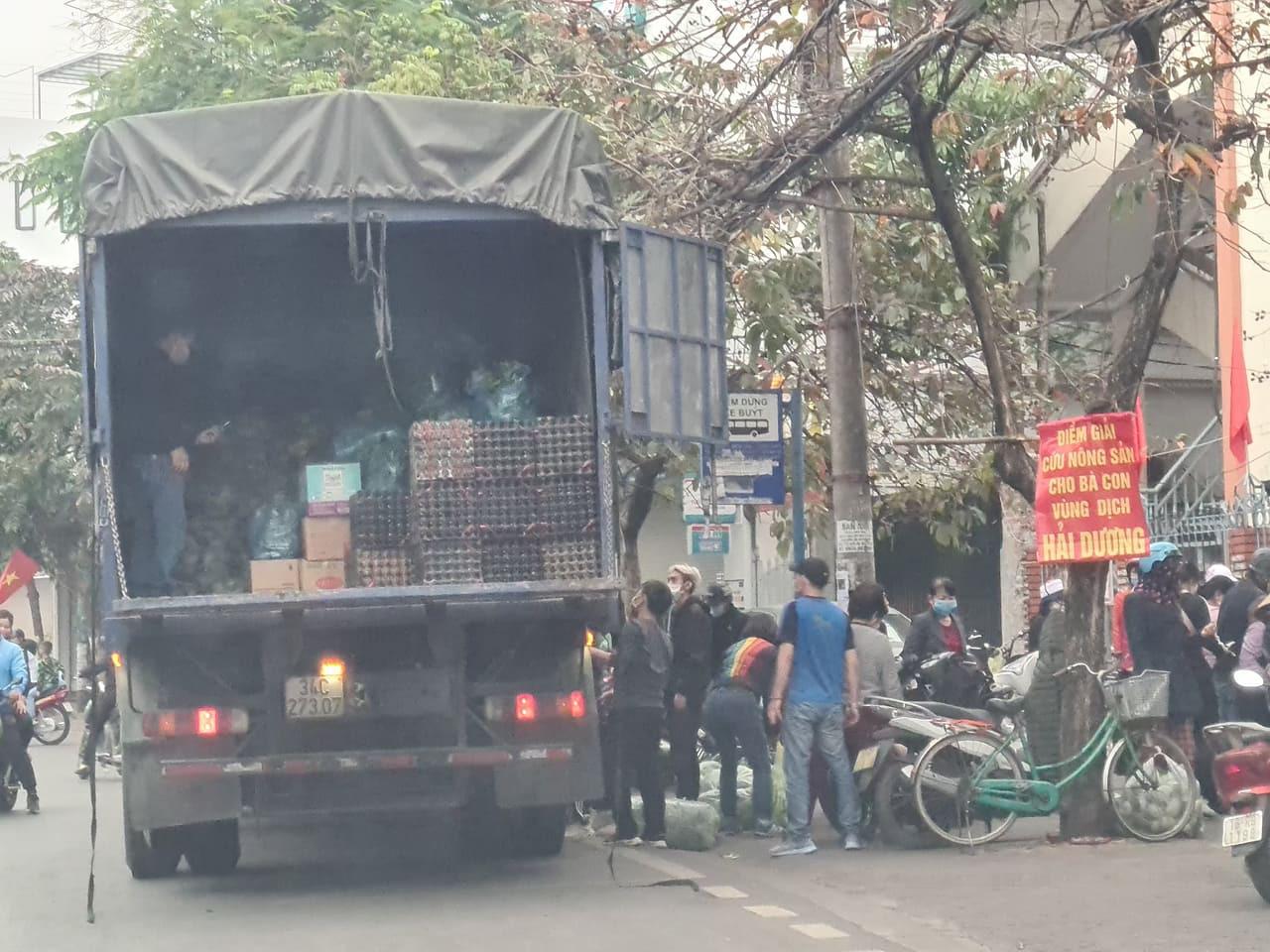 Hải Phòng: Xe tải biển Hải Dương vào bán nông sản người dân quây kín mua hàng - Ảnh 3.