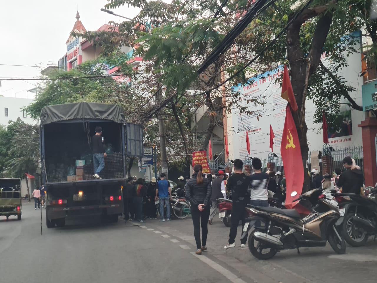 Hải Phòng: Xe tải biển Hải Dương vào bán nông sản người dân quây kín mua hàng - Ảnh 2.