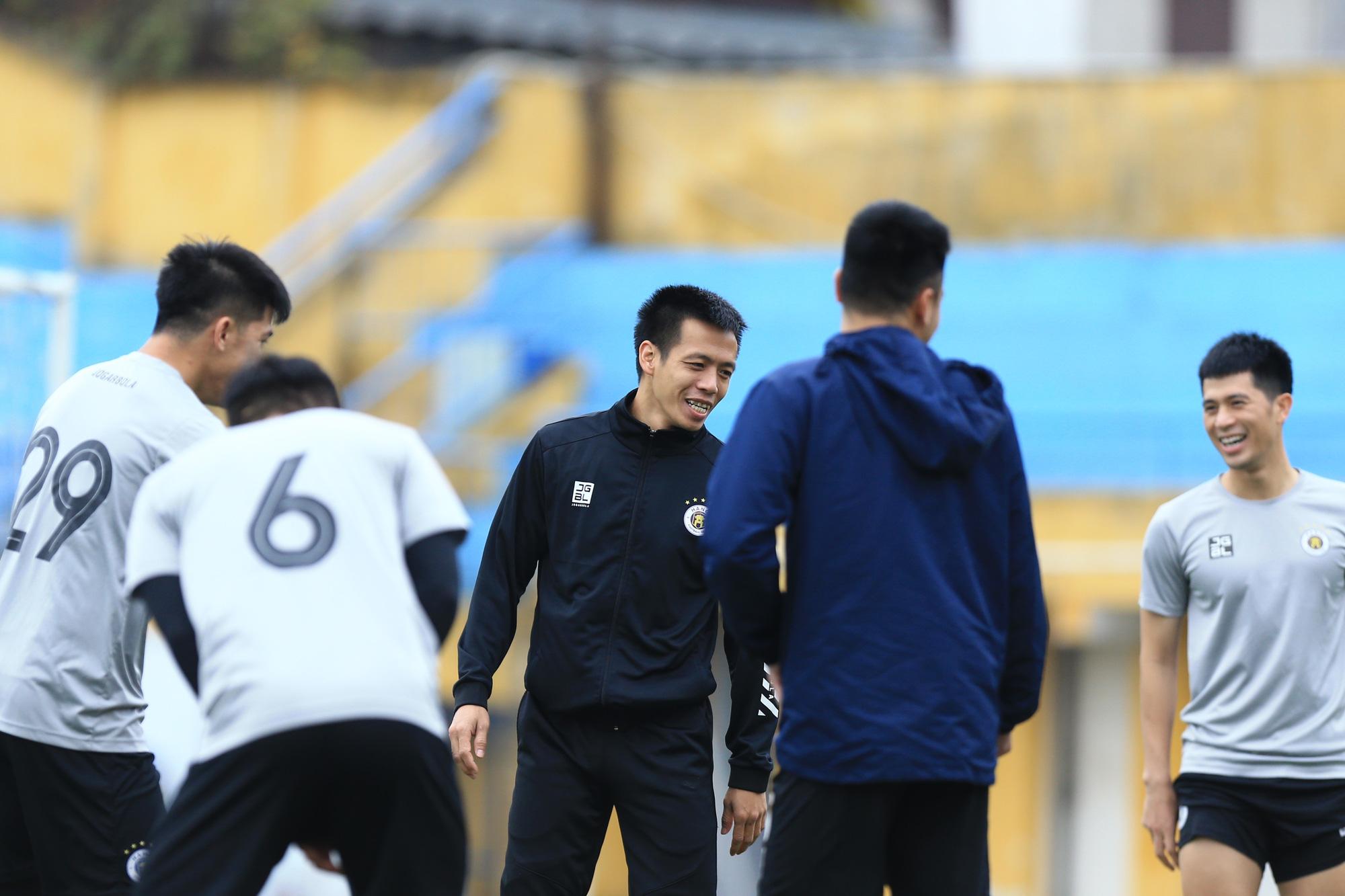 Quang Hải, Đình Trọng trêu đùa trong buổi tập CLB Hà Nội - Ảnh 9.