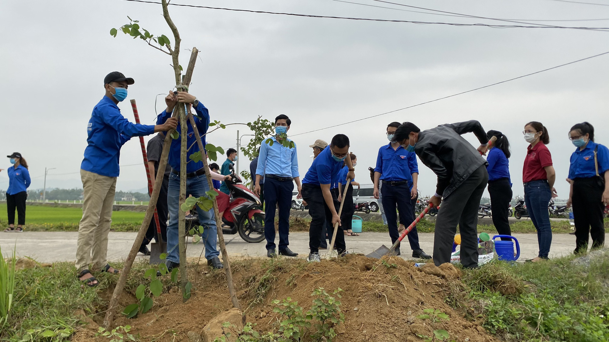 """Agribank miền Trung hưởng ứng phong trào """"Tết trồng cây đời đời nhớ ơn Bác Hồ"""" năm 2021 - Ảnh 3."""
