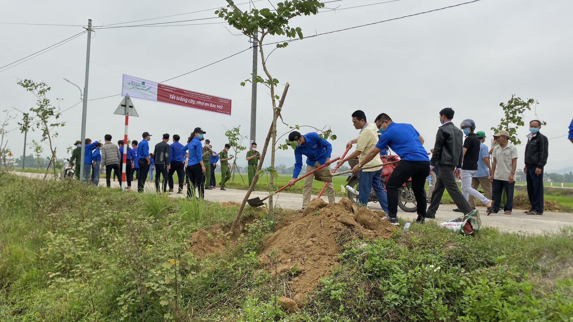 """Agribank miền Trung hưởng ứng phong trào """"Tết trồng cây đời đời nhớ ơn Bác Hồ"""" năm 2021 - Ảnh 7."""