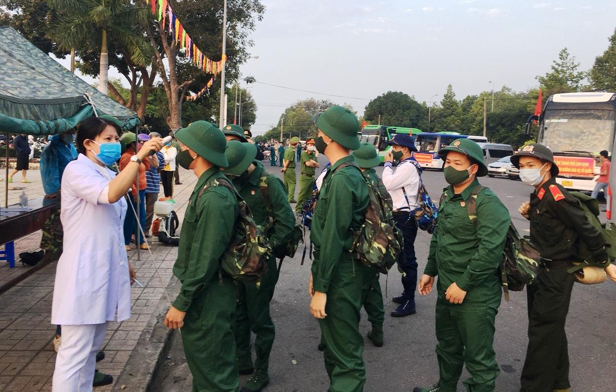 Xúc động giây phút tiễn 2.023 thanh niên Khánh Hòa lên đường nhập ngũ - Ảnh 5.
