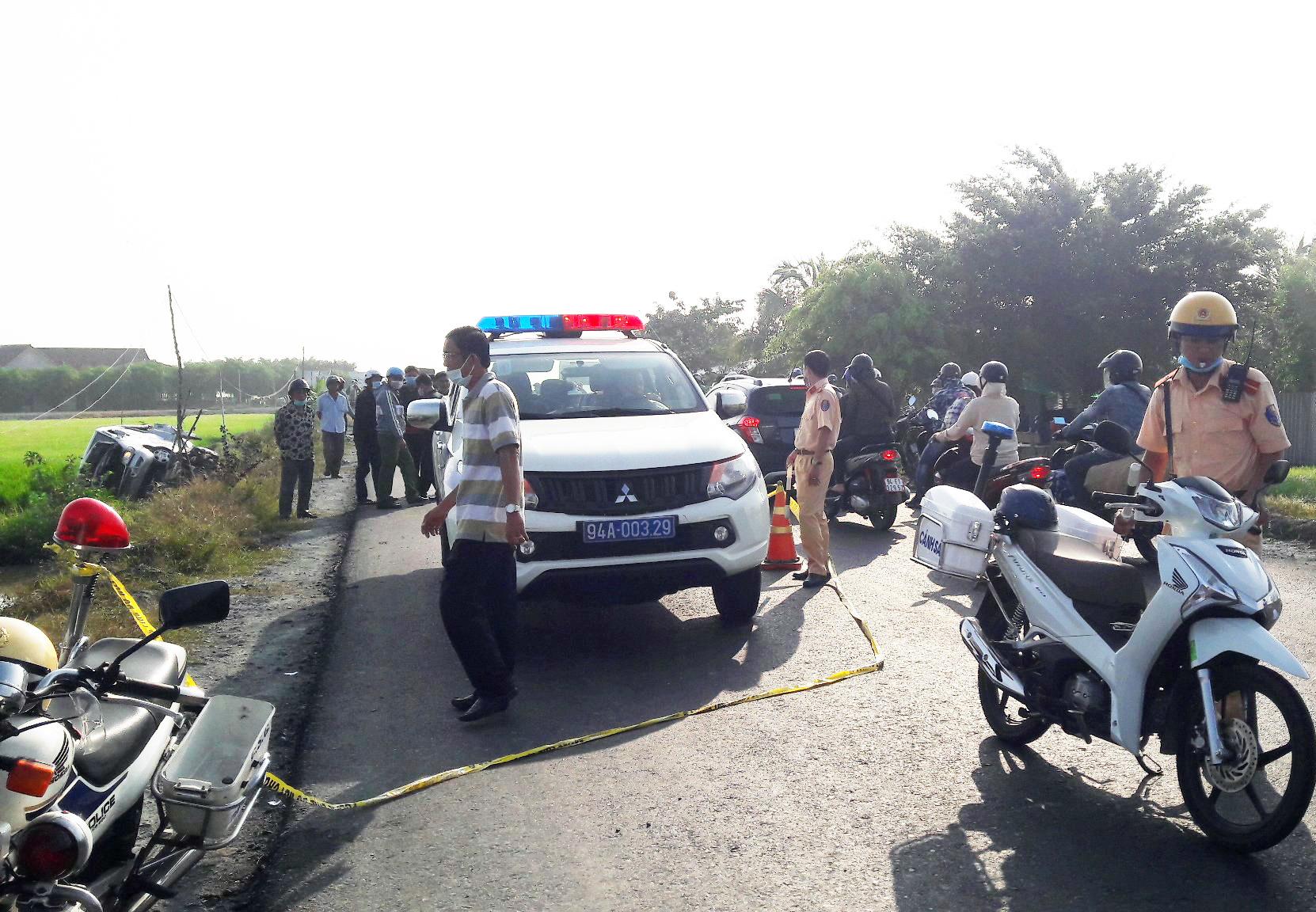 Bạc Liêu: Xe tải đâm xe khách văng xuống ruộng lúa, nhiều người thương vong - Ảnh 1.