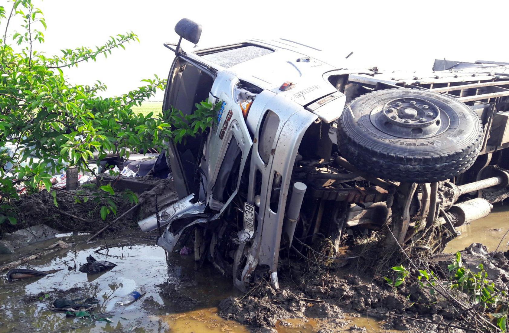 Bạc Liêu: Xe tải đâm xe khách văng xuống ruộng lúa, nhiều người thương vong - Ảnh 2.