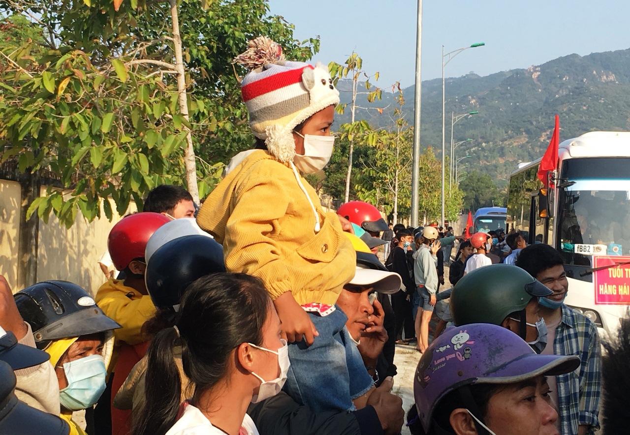 Xúc động giây phút tiễn 2.023 thanh niên Khánh Hòa lên đường nhập ngũ - Ảnh 4.
