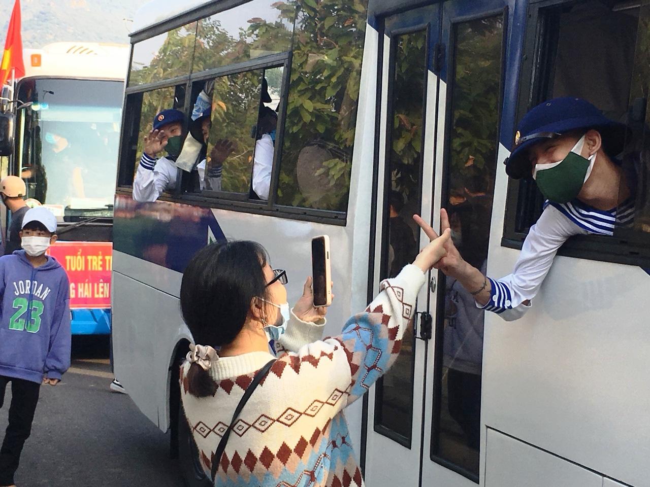 Xúc động giây phút tiễn 2.023 thanh niên Khánh Hòa lên đường nhập ngũ - Ảnh 3.