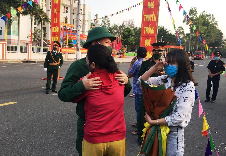 Xúc động giây phút tiễn 2.023 thanh niên Khánh Hòa lên đường nhập ngũ - Ảnh 2.