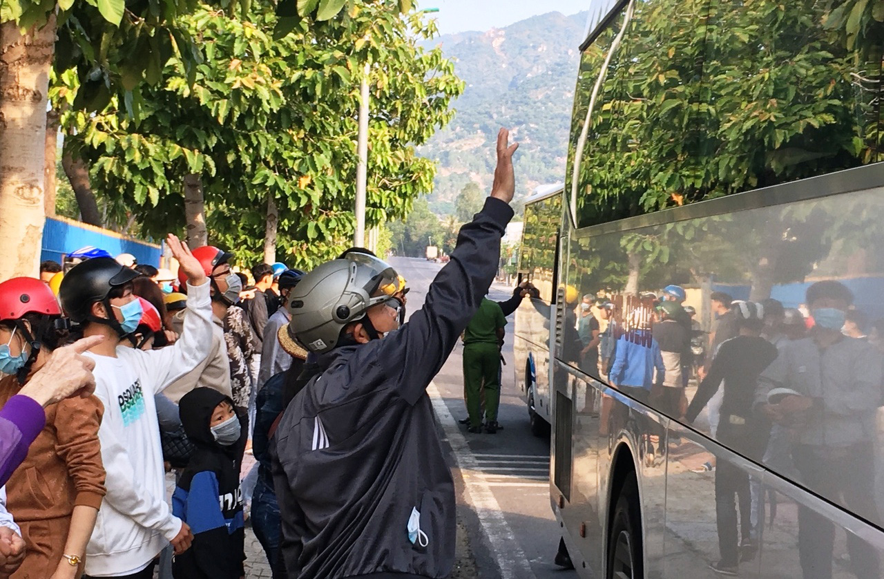 Xúc động giây phút tiễn 2.023 thanh niên Khánh Hòa lên đường nhập ngũ - Ảnh 6.