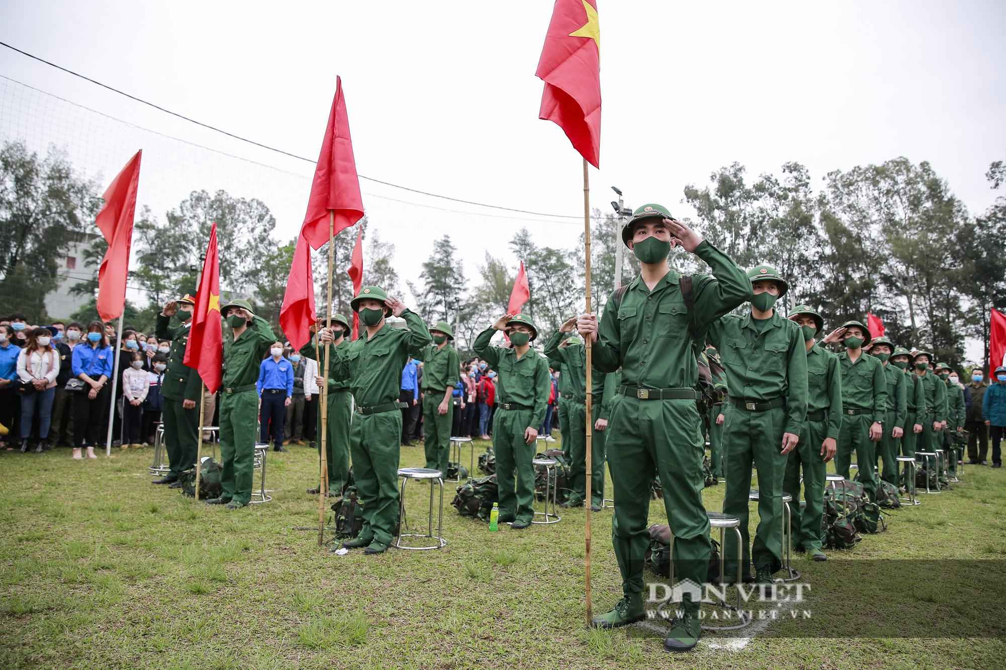 Khoảnh khắc xúc động ngày thanh niên Hà Nội lên đường thực hiện nghĩa vụ quân sự - Ảnh 1.