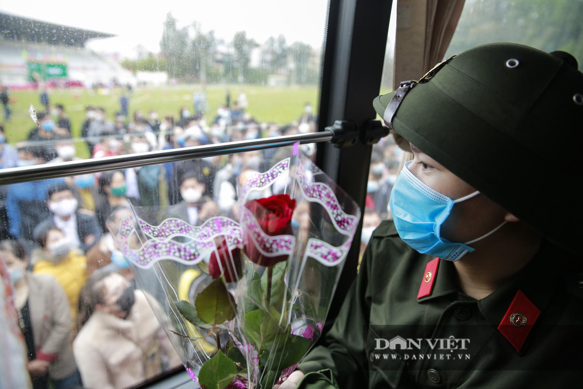 Khoảnh khắc xúc động ngày thanh niên Hà Nội lên đường thực hiện nghĩa vụ quân sự - Ảnh 11.