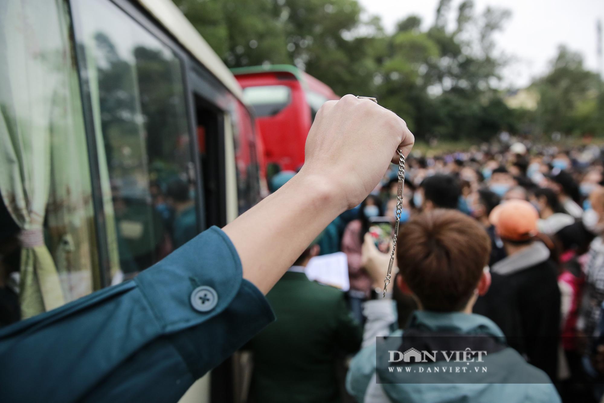 Khoảnh khắc xúc động ngày thanh niên Hà Nội lên đường thực hiện nghĩa vụ quân sự - Ảnh 12.