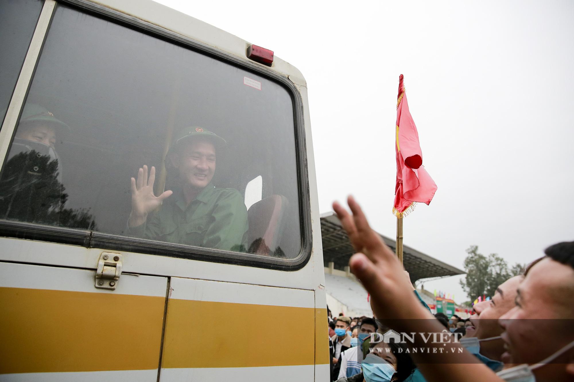 Khoảnh khắc xúc động ngày thanh niên Hà Nội lên đường thực hiện nghĩa vụ quân sự - Ảnh 13.