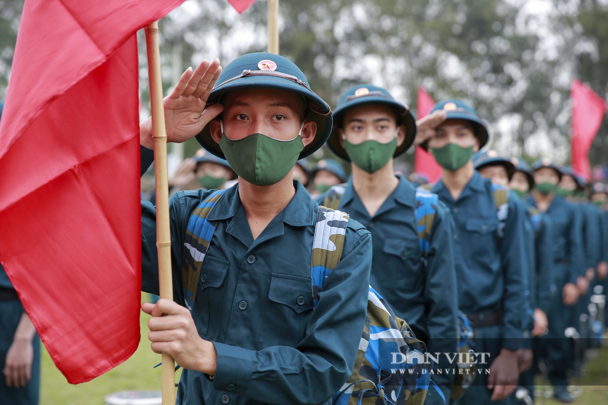 Khoảnh khắc xúc động ngày thanh niên Hà Nội lên đường thực hiện nghĩa vụ quân sự - Ảnh 2.
