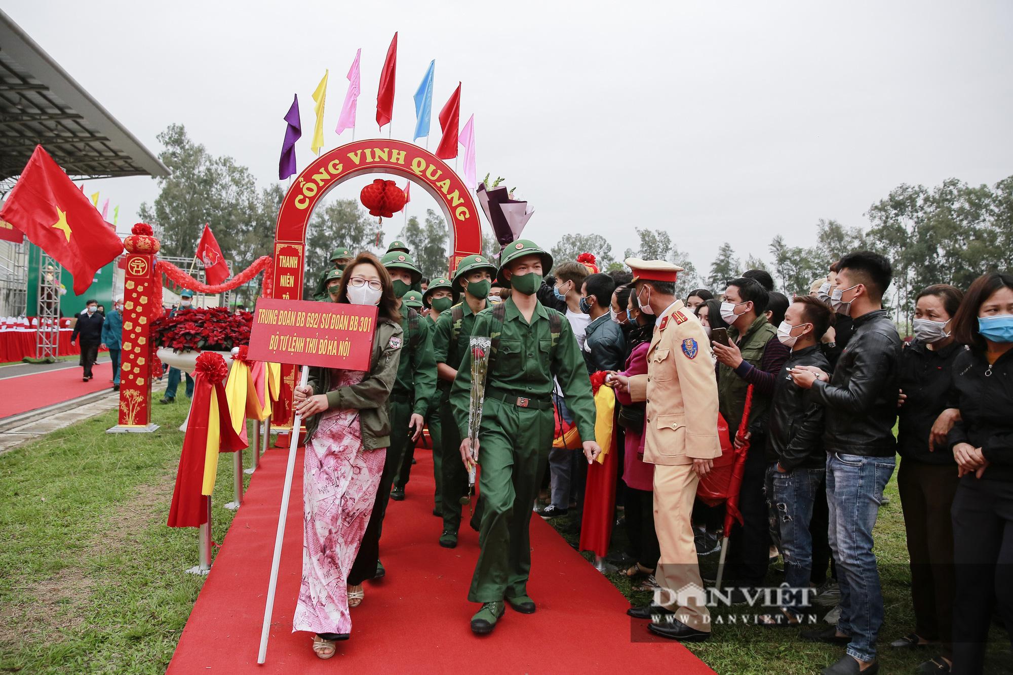 Khoảnh khắc xúc động ngày thanh niên Hà Nội lên đường thực hiện nghĩa vụ quân sự - Ảnh 3.