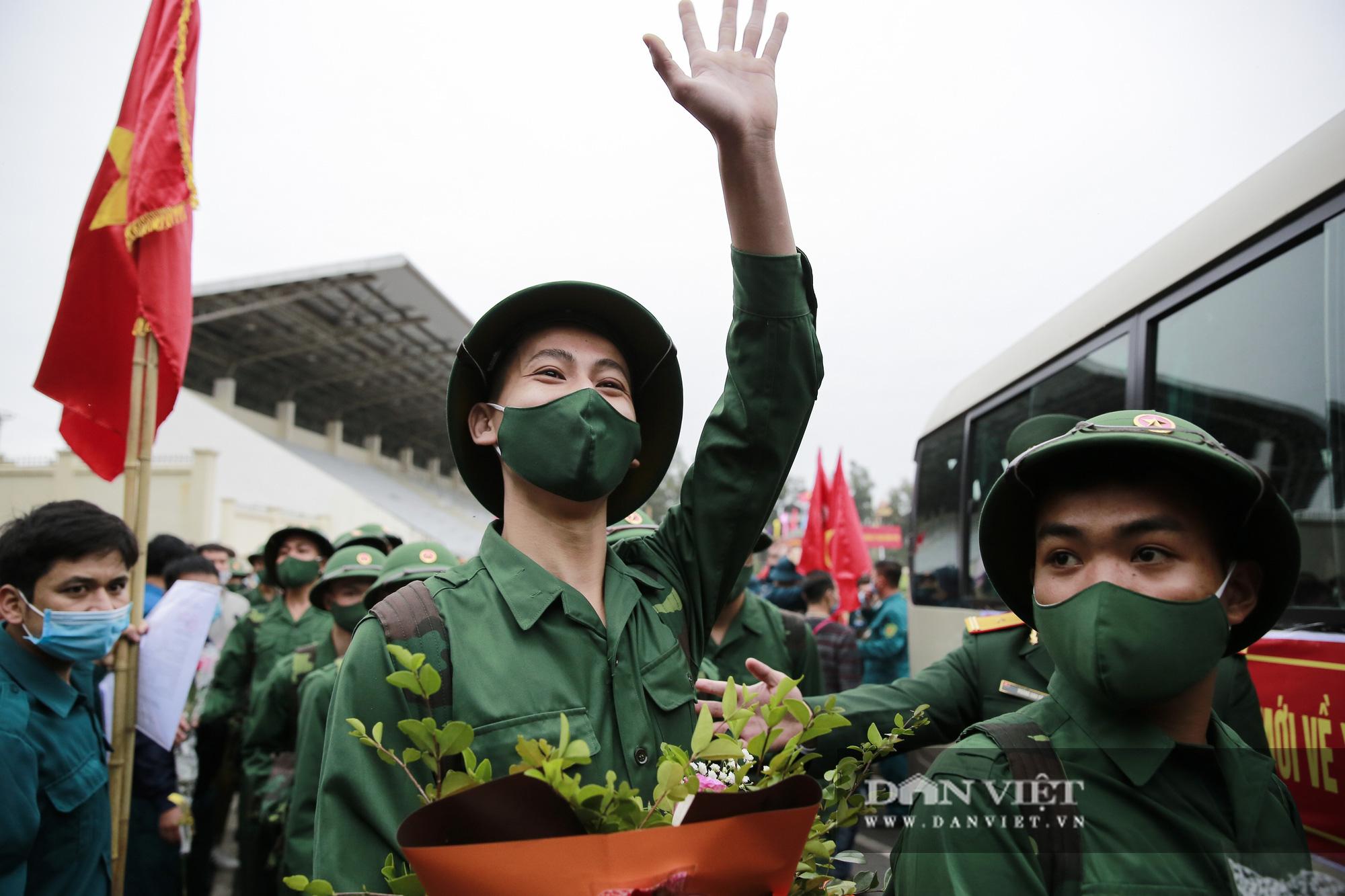 Khoảnh khắc xúc động ngày thanh niên Hà Nội lên đường thực hiện nghĩa vụ quân sự - Ảnh 4.