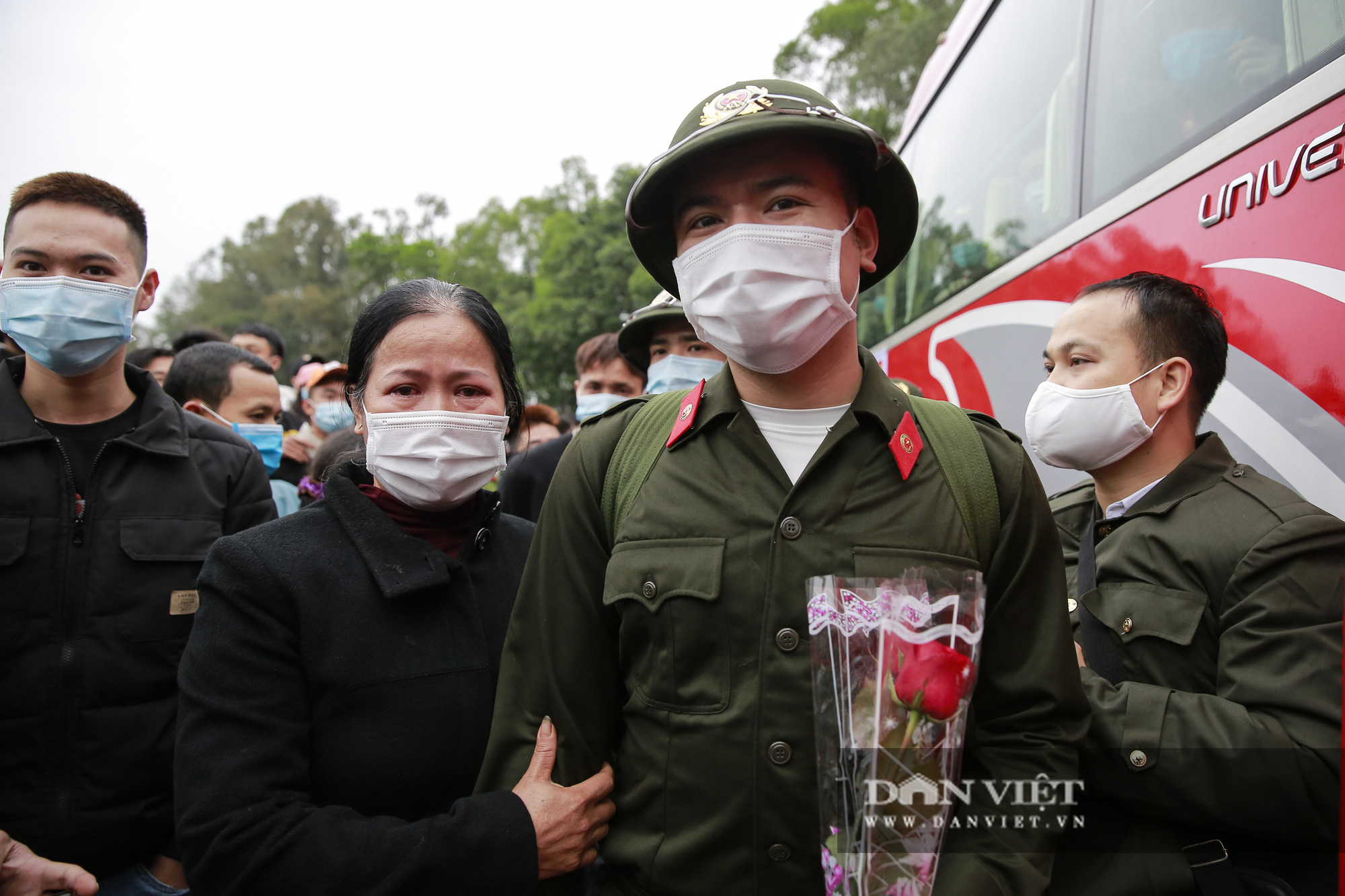Khoảnh khắc xúc động ngày thanh niên Hà Nội lên đường thực hiện nghĩa vụ quân sự - Ảnh 5.