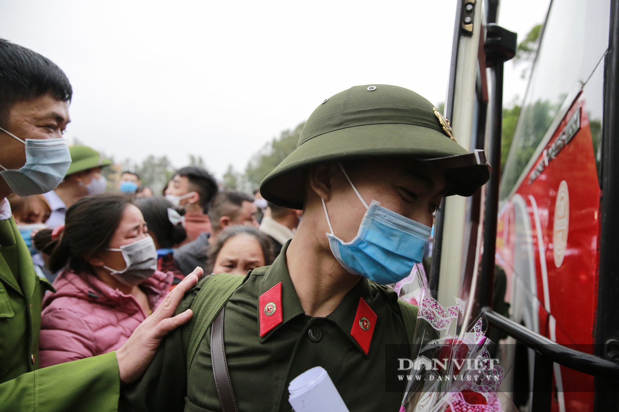 Khoảnh khắc xúc động ngày thanh niên Hà Nội lên đường thực hiện nghĩa vụ quân sự - Ảnh 6.