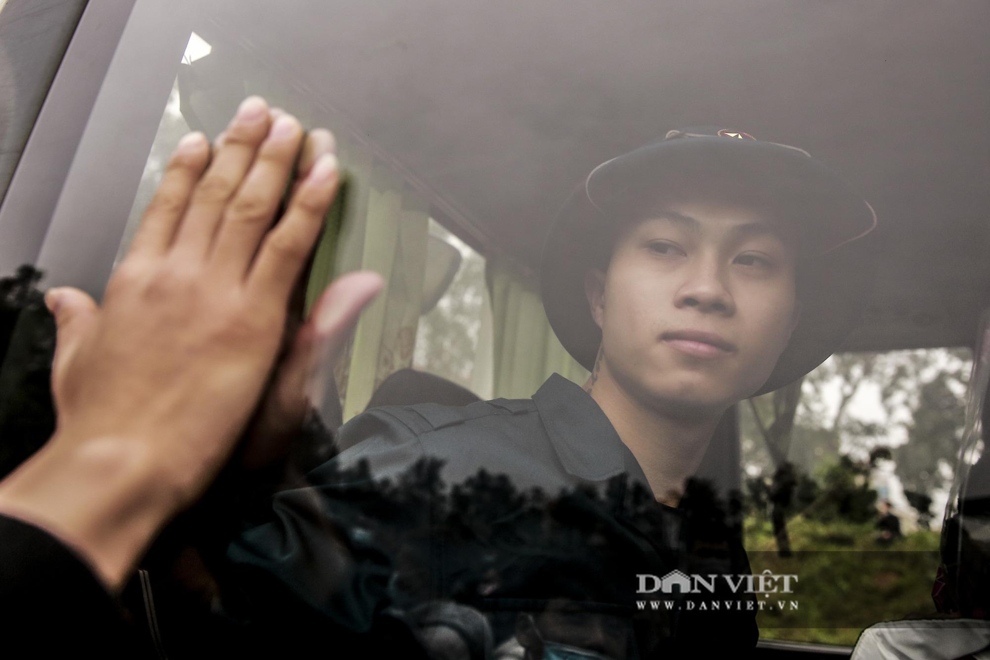 Khoảnh khắc xúc động ngày thanh niên Hà Nội lên đường thực hiện nghĩa vụ quân sự - Ảnh 8.