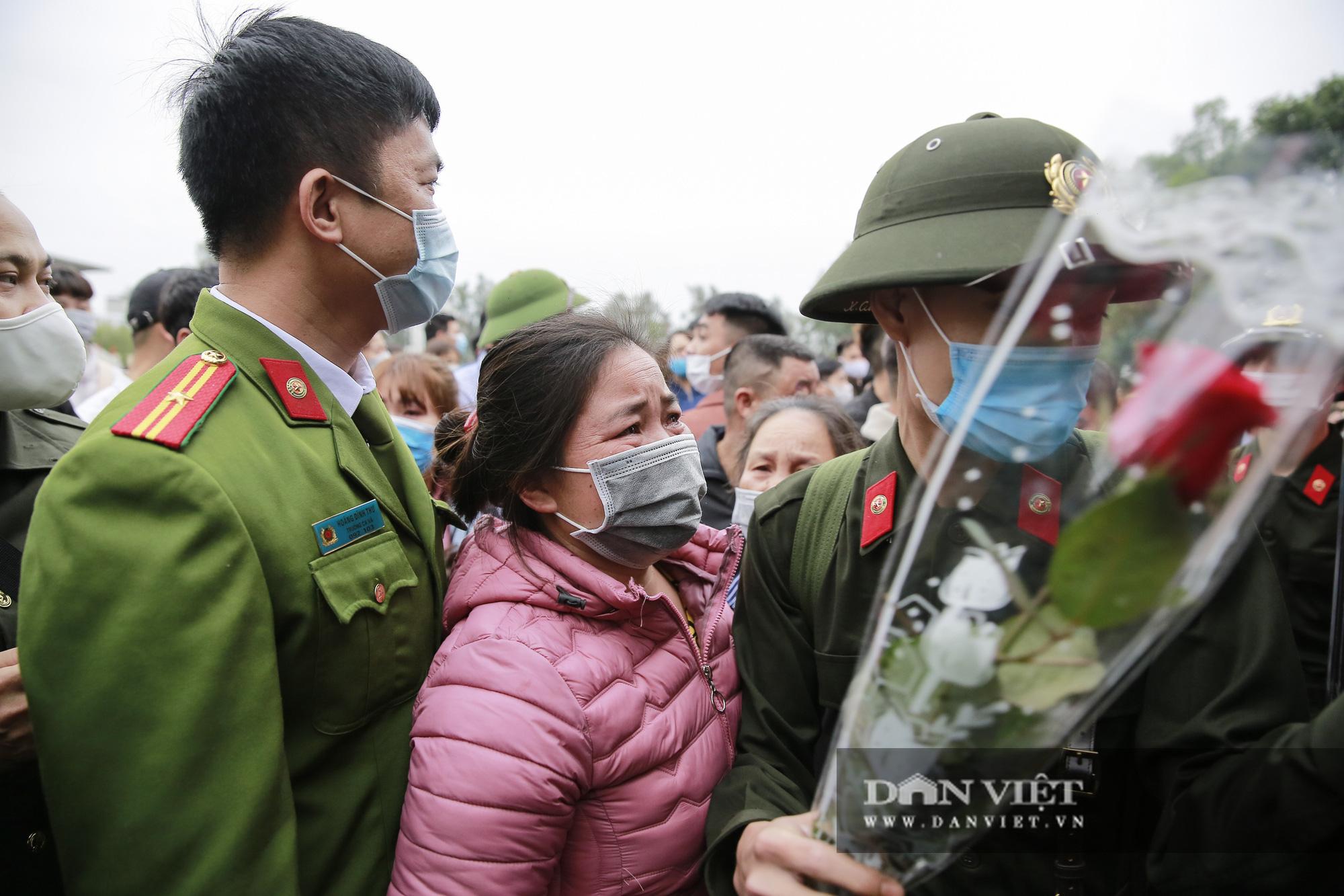 Khoảnh khắc xúc động ngày thanh niên Hà Nội lên đường thực hiện nghĩa vụ quân sự - Ảnh 9.