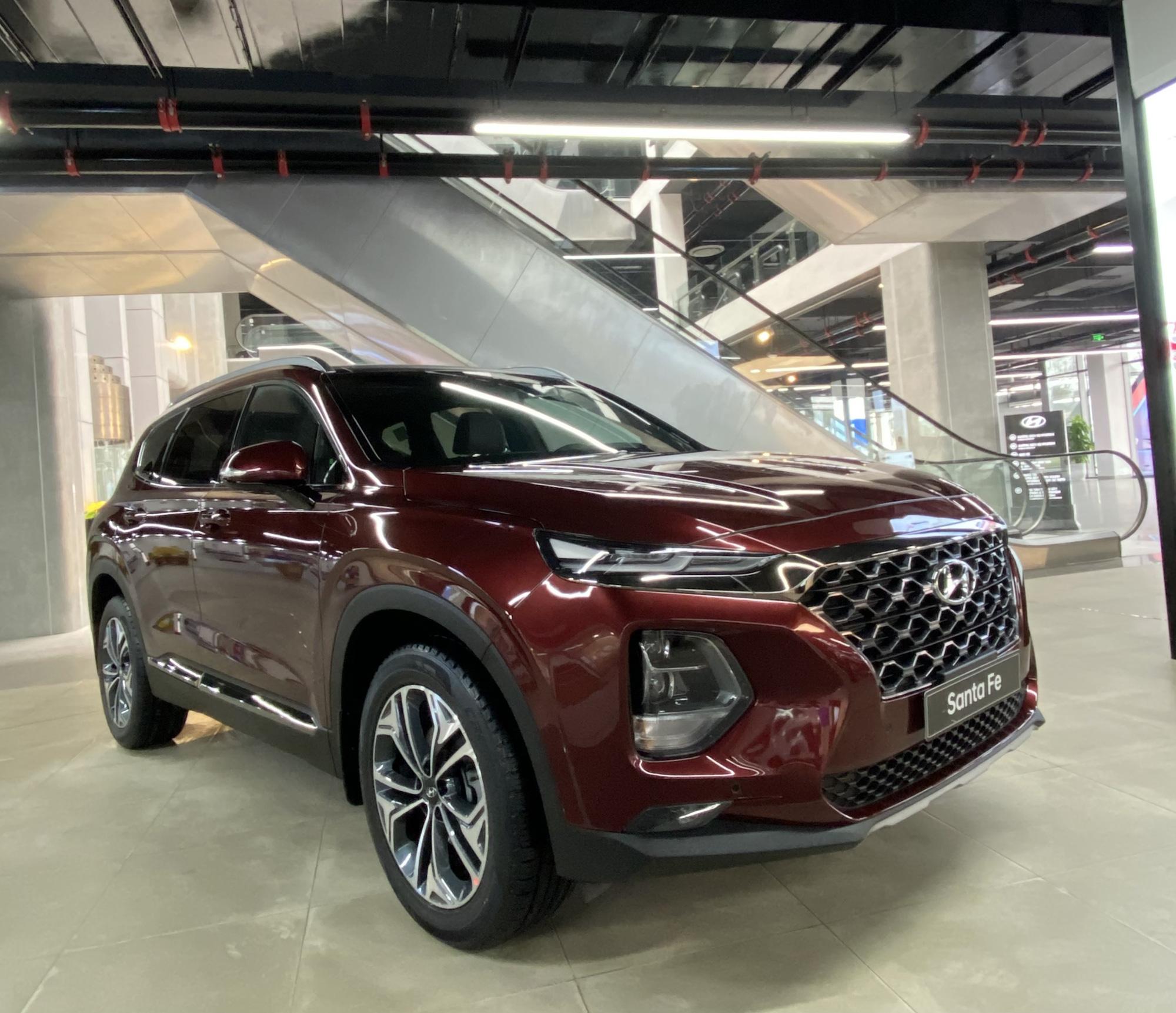 Hyundai SantaFe giảm giá mạnh, khách Việt vẫn đắn đo - Ảnh 1.