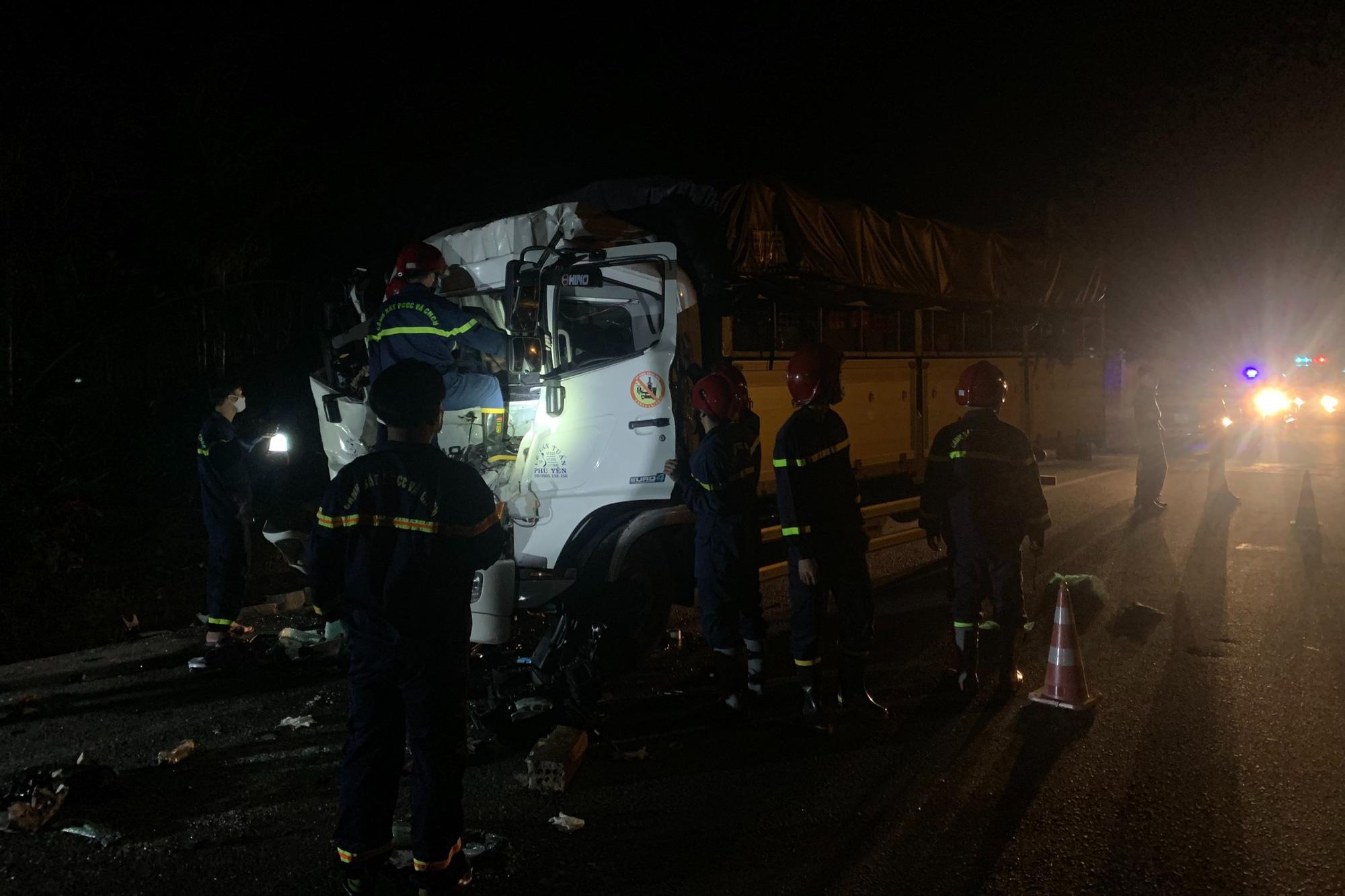Cảnh sát cắt cabin xe tải giải cứu 2 người mắc kẹt - Ảnh 1.