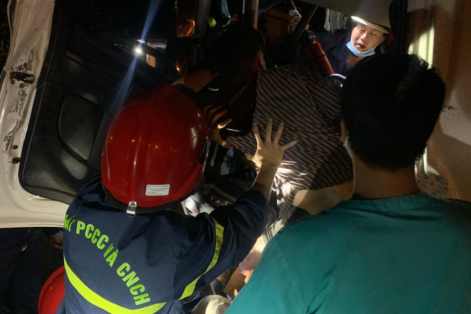 Cảnh sát cắt cabin xe tải giải cứu 2 người mắc kẹt - Ảnh 2.