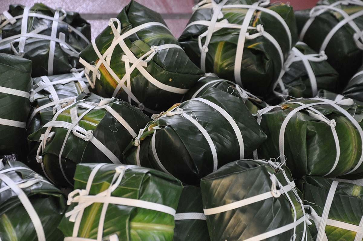 Bánh chưng Tranh Khúc, ngày gói 10.000 chiếc, thu tiền trăm triệu - Ảnh 1.