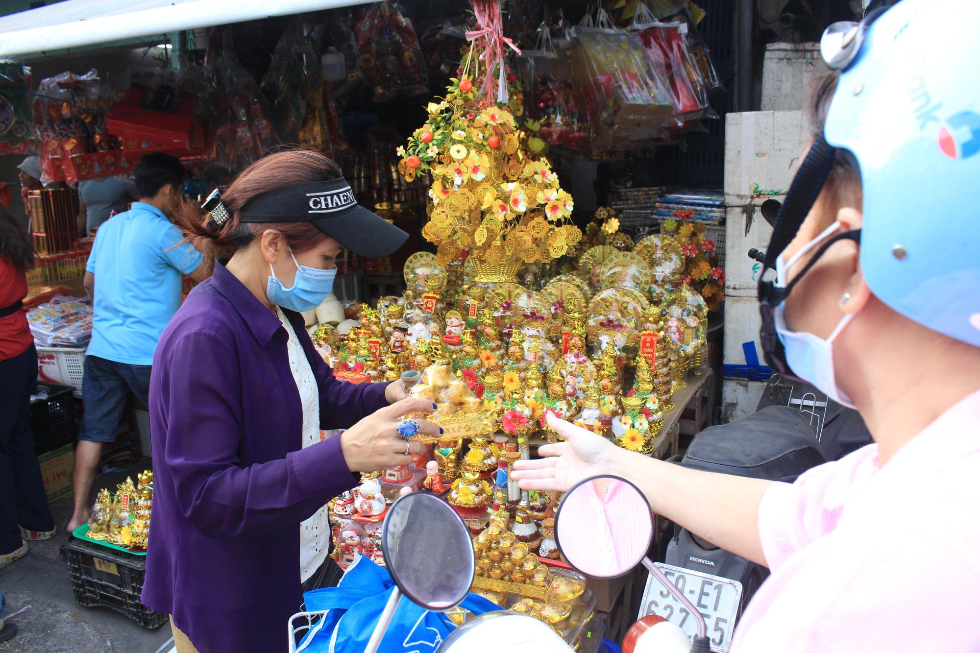 TP.HCM: Bán cả nghìn viên bánh trôi cúng đưa ông Táo trong tích tắc, vàng mã vắng khách - Ảnh 4.