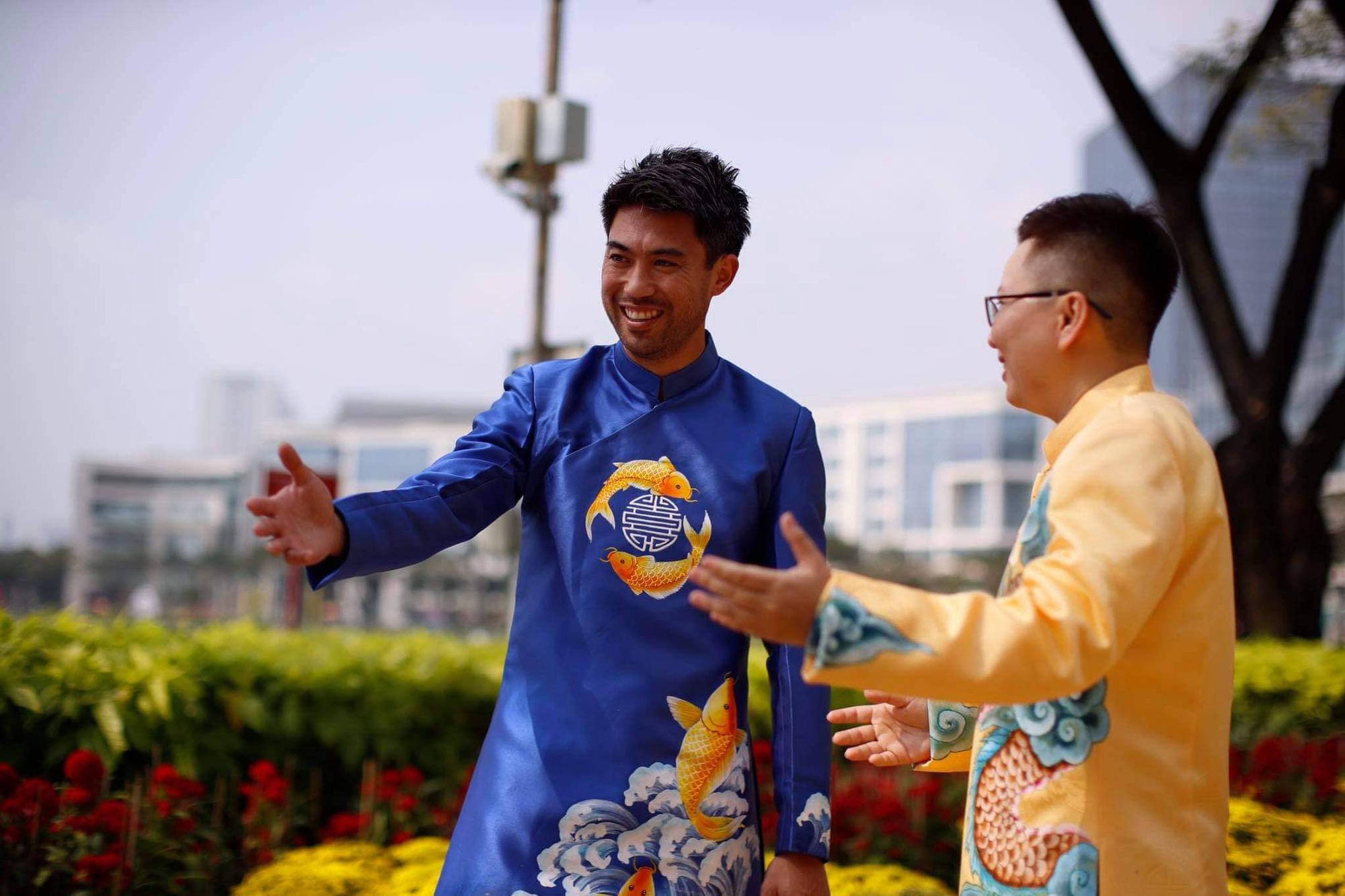 Lee Nguyễn rạng ngời trong bộ áo dài, háo hức đón Tết tại quê nội - Ảnh 1.