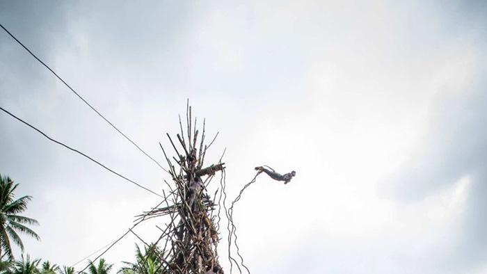 """Lễ hội Nagol đặc sắc với những chàng trai Vanuatu bán khỏa thân thực hiện cú nhảy """"tử thần"""" - Ảnh 3."""