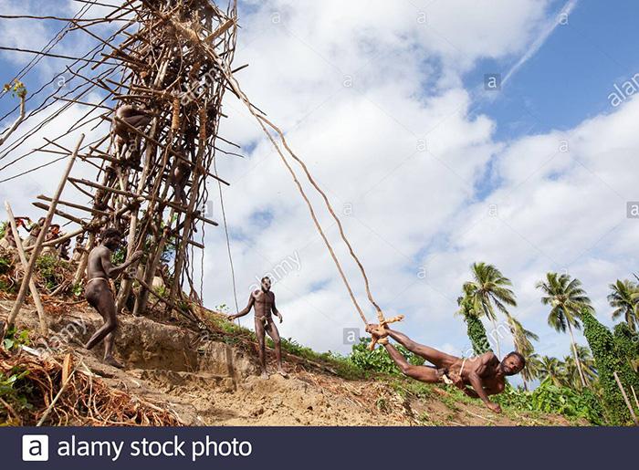 """Lễ hội Nagol đặc sắc với những chàng trai Vanuatu bán khỏa thân thực hiện cú nhảy """"tử thần"""" - Ảnh 4."""