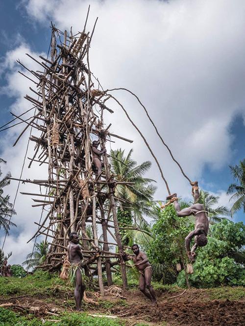 """Lễ hội Nagol đặc sắc với những chàng trai Vanuatu bán khỏa thân thực hiện cú nhảy """"tử thần"""" - Ảnh 5."""