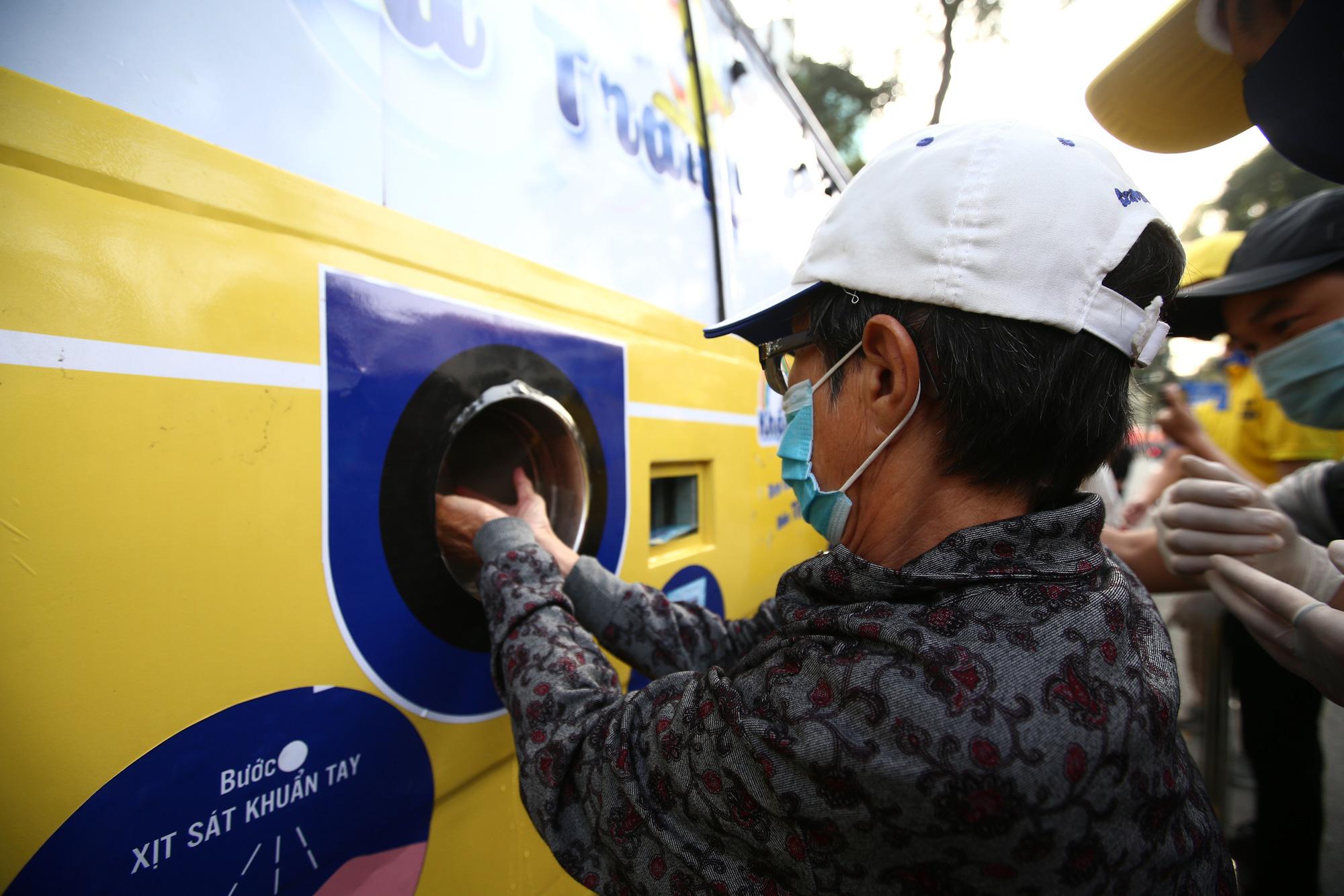 TP.HCM: Xuất hiện chiếc xe buýt vàng khè phát khẩu trang miễn phí như ATM gạo - Ảnh 6.