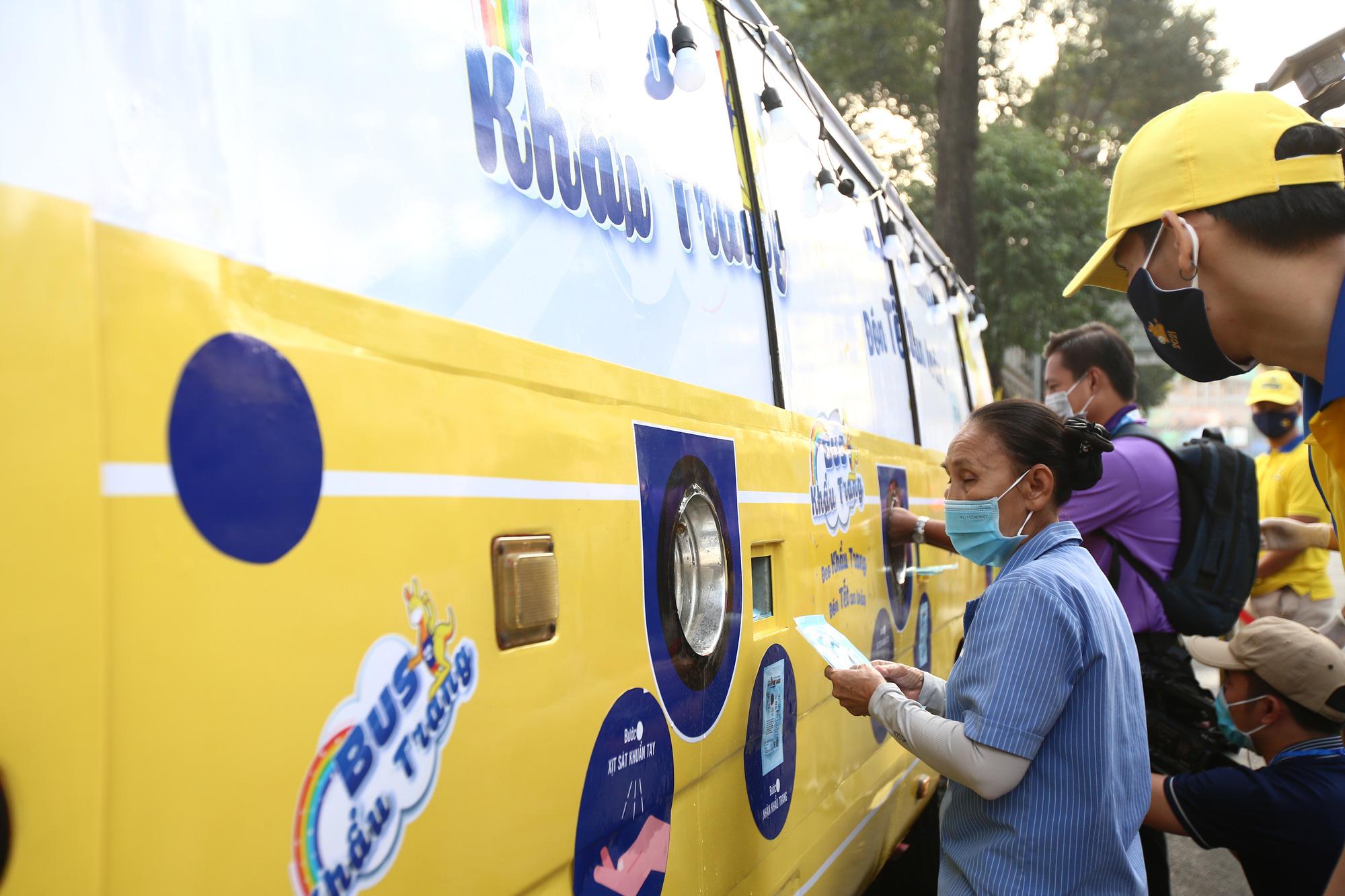 TP.HCM: Xuất hiện chiếc xe buýt vàng khè phát khẩu trang miễn phí như ATM gạo - Ảnh 1.