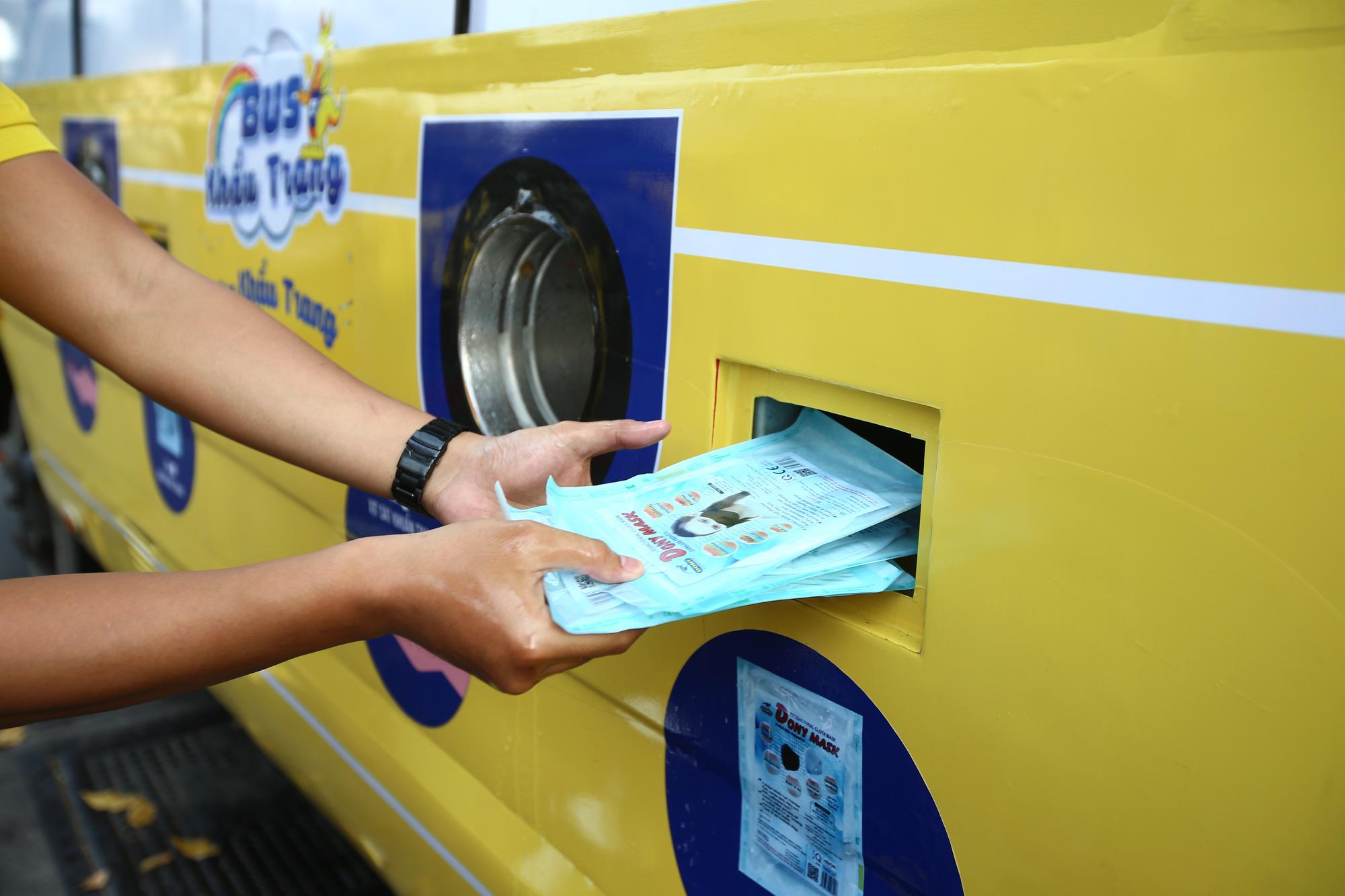 TP.HCM: Xuất hiện chiếc xe buýt vàng khè phát khẩu trang miễn phí như ATM gạo - Ảnh 8.