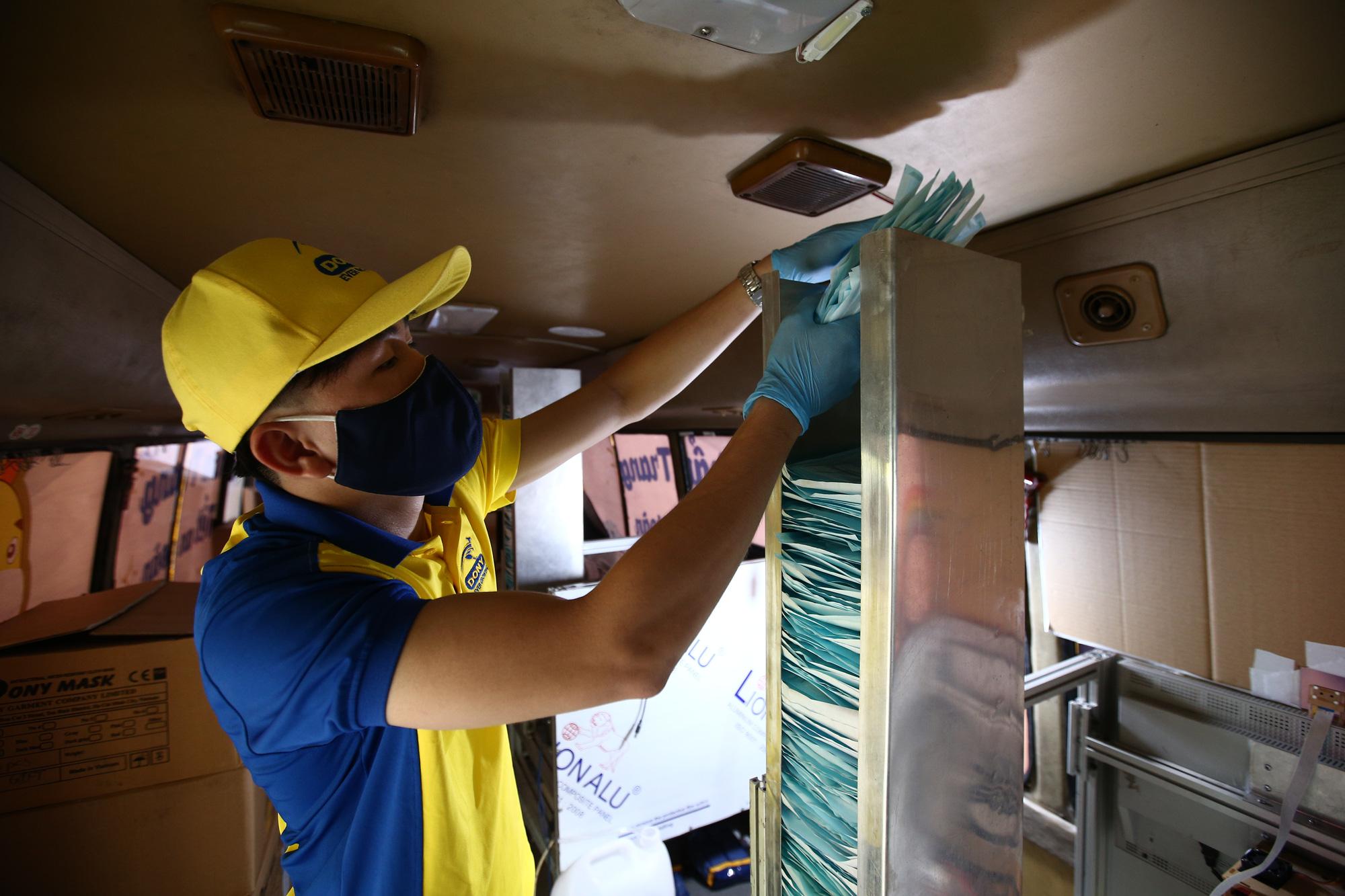 TP.HCM: Xuất hiện chiếc xe buýt vàng khè phát khẩu trang miễn phí như ATM gạo - Ảnh 5.