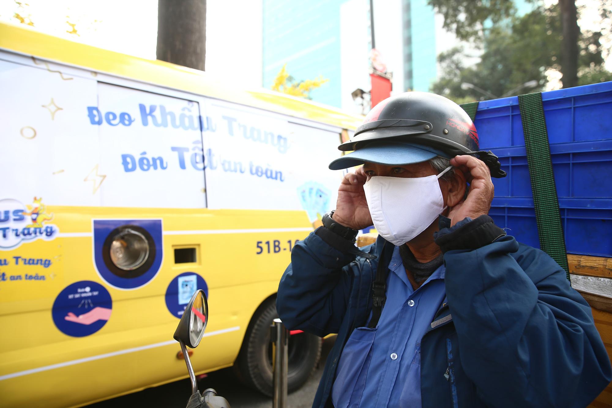 TP.HCM: Xuất hiện chiếc xe buýt vàng khè phát khẩu trang miễn phí như ATM gạo - Ảnh 9.