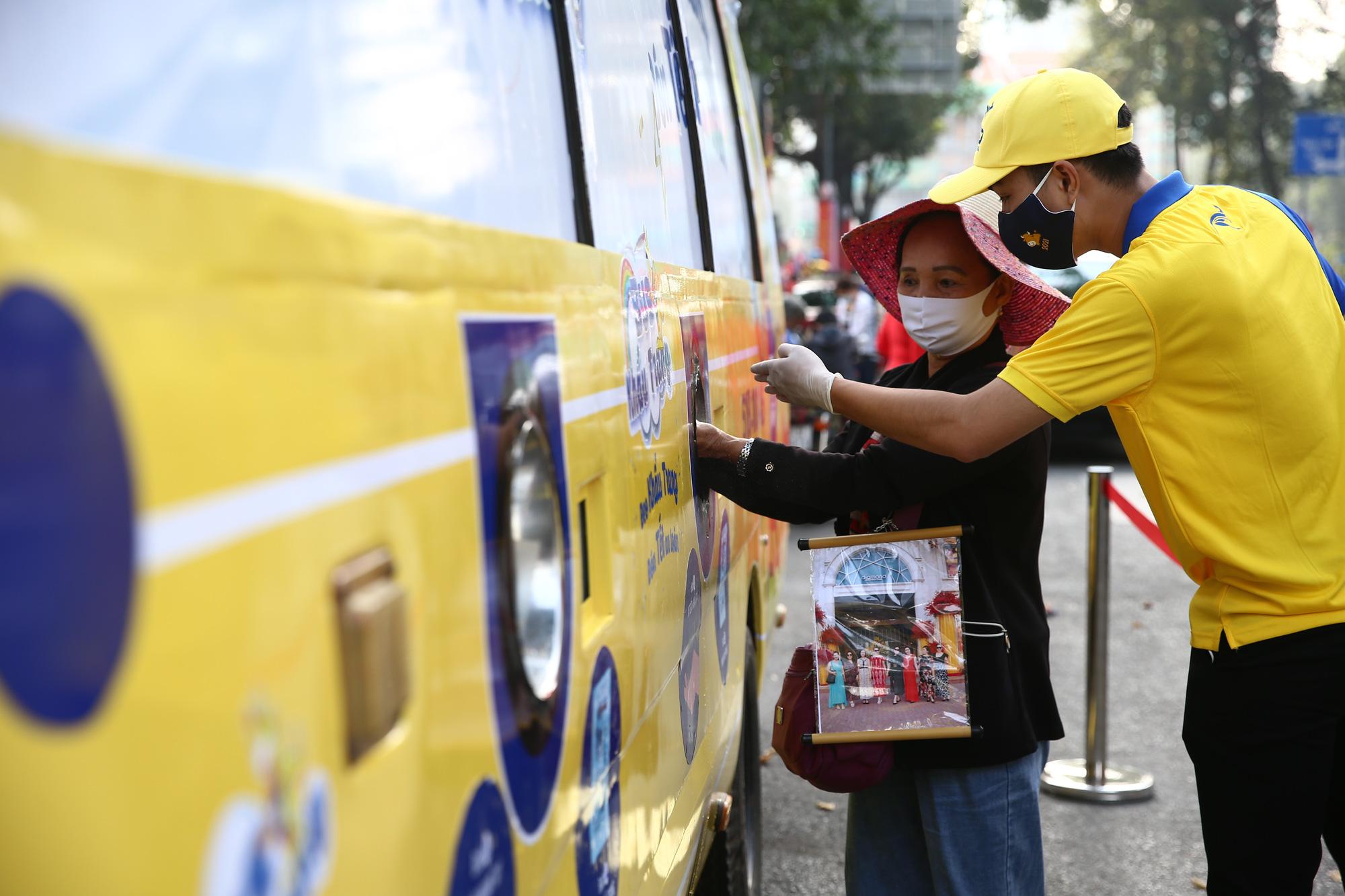 TP.HCM: Xuất hiện chiếc xe buýt vàng khè phát khẩu trang miễn phí như ATM gạo - Ảnh 7.