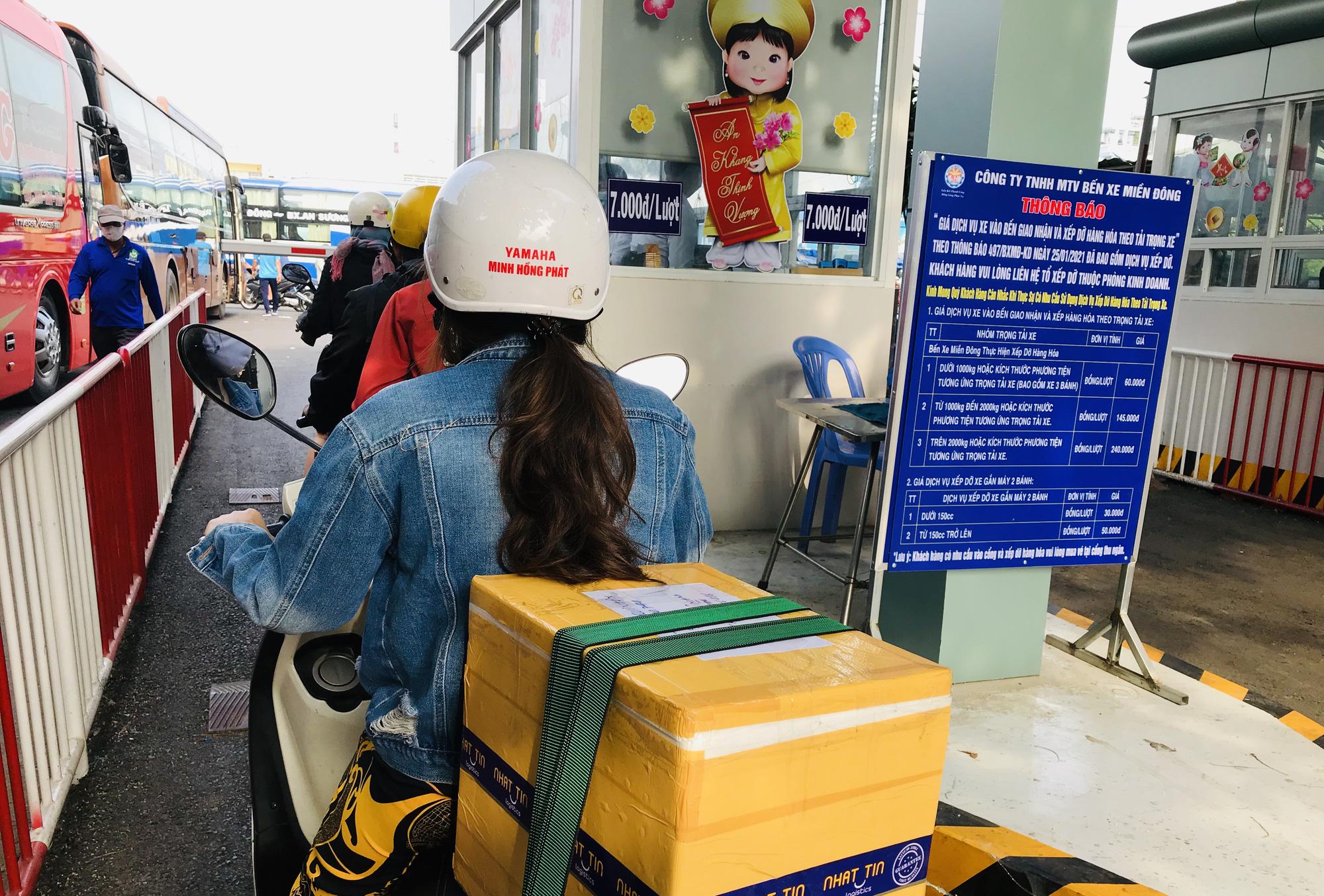 Bến xe Miền Đông ngày 25 Tết trống trơn, khách gửi cái nồi cơm điện cho mẹ, hẹn Tết năm sau sẽ về - Ảnh 7.