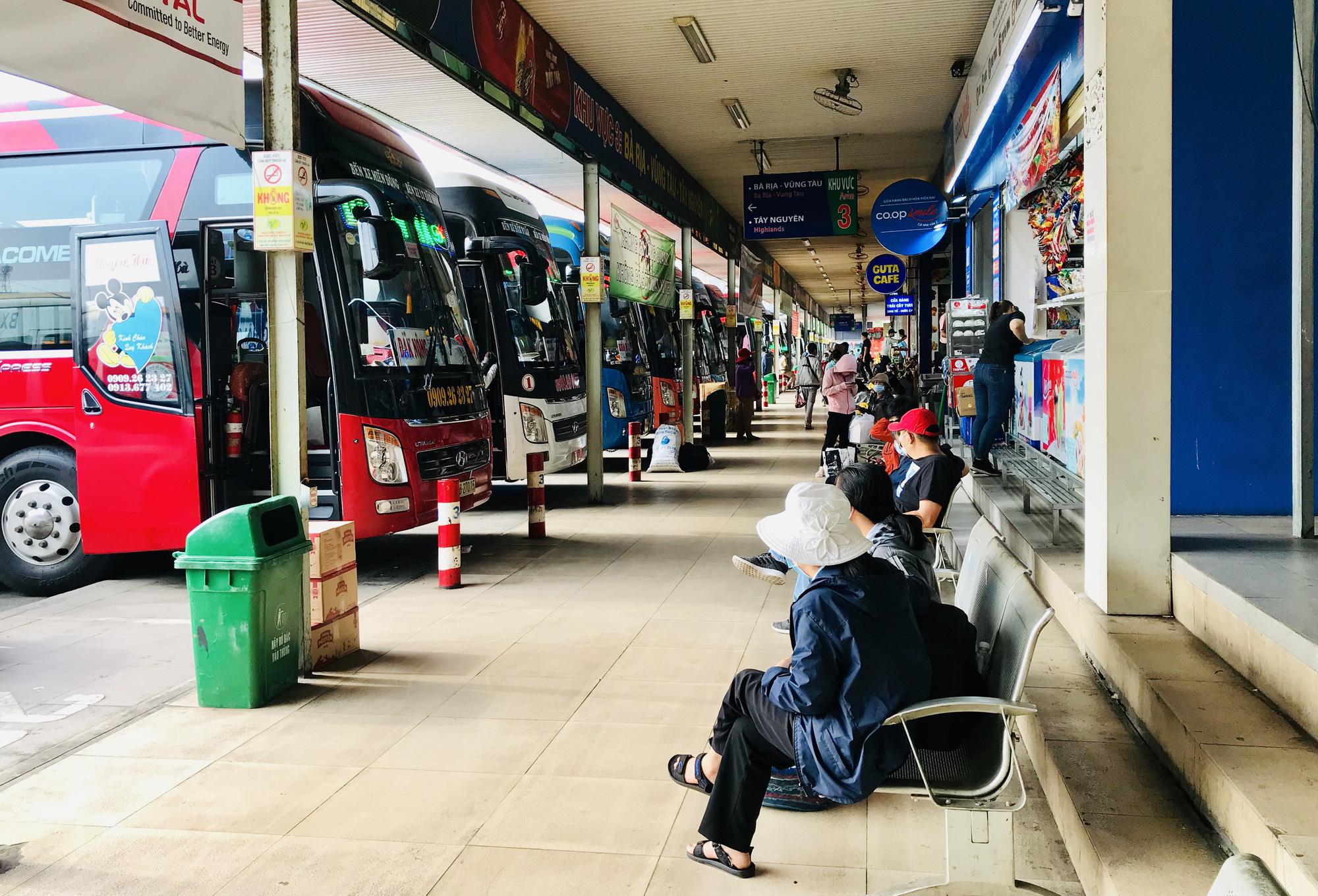 Bến xe Miền Đông ngày 25 Tết trống trơn, khách gửi cái nồi cơm điện cho mẹ, hẹn Tết năm sau sẽ về - Ảnh 4.