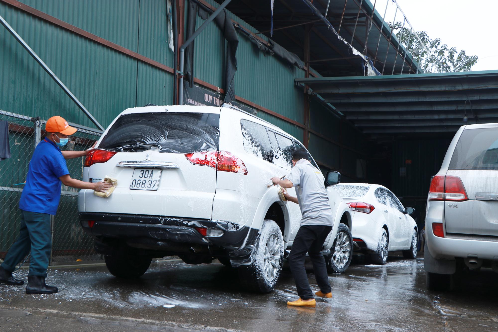 """Dịch vụ rửa xe, dọn nội thất ô tô """"hốt bạc"""" ngày cận Tết, nhân viên quay cuồng từ sáng tới đêm - Ảnh 4."""