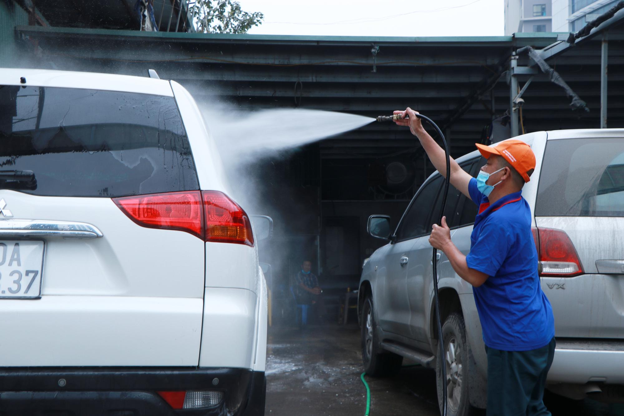 """Dịch vụ rửa xe, dọn nội thất ô tô """"hốt bạc"""" ngày cận Tết, nhân viên quay cuồng từ sáng tới đêm - Ảnh 5."""