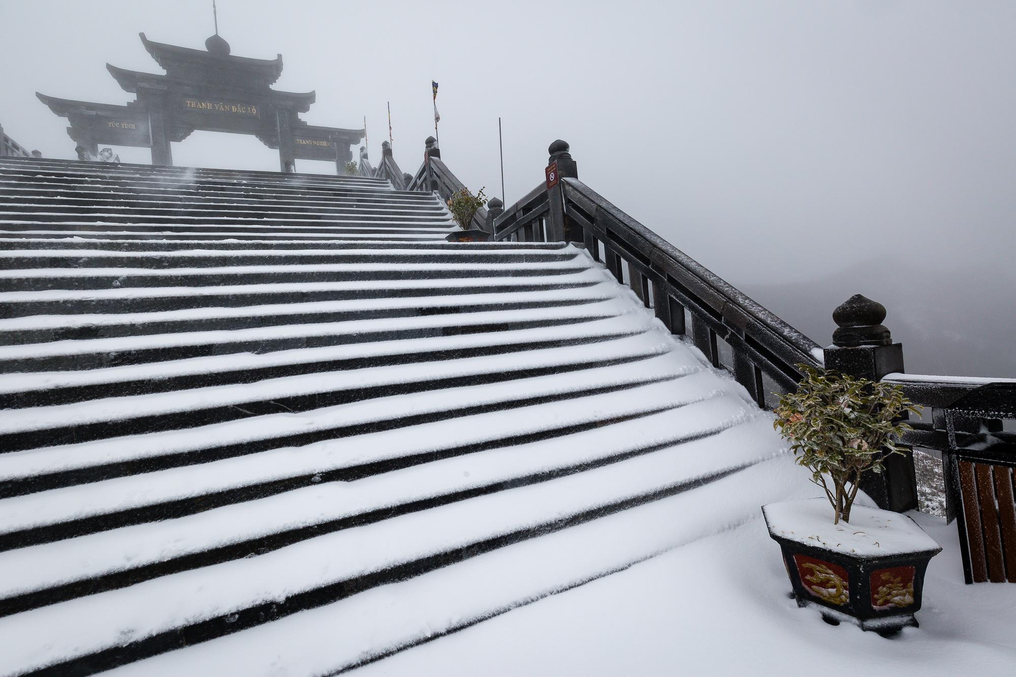 Cảnh đẹp mê ly trên đỉnh Fansipan trong ngày tuyết rơi dày chưa từng có - Ảnh 11.