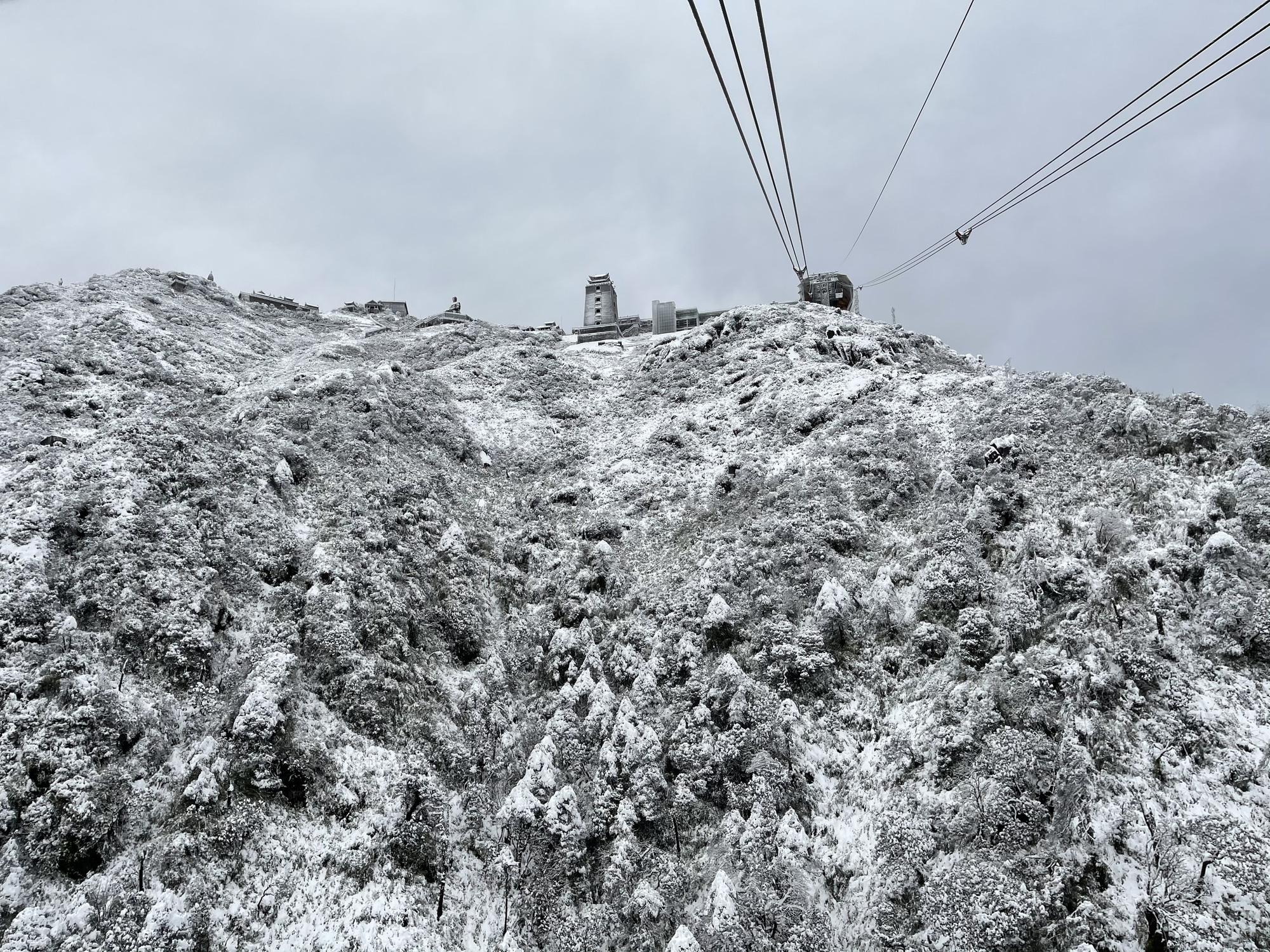 Cảnh đẹp mê ly trên đỉnh Fansipan trong ngày tuyết rơi dày chưa từng có - Ảnh 12.