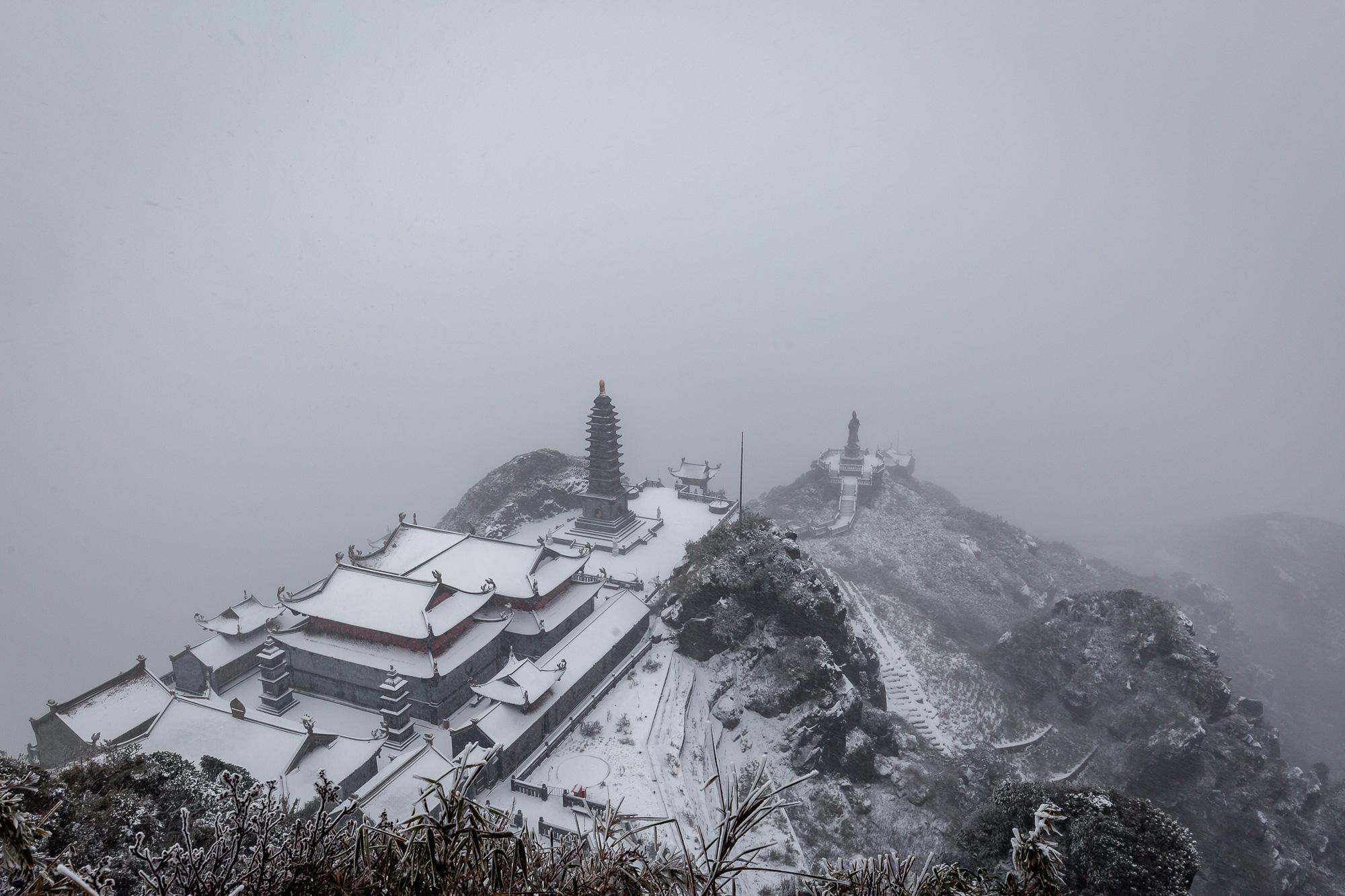 Cảnh đẹp mê ly trên đỉnh Fansipan trong ngày tuyết rơi dày chưa từng có - Ảnh 3.