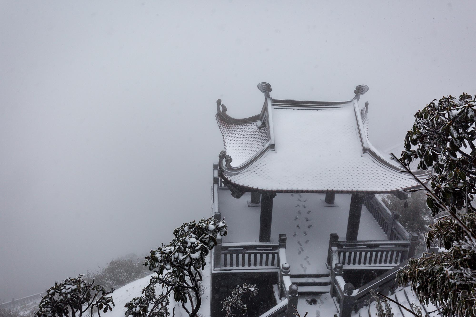 Sapa: Tuyết phủ dày 60cm trắng trên đỉnh Fansipan - Ảnh 3.