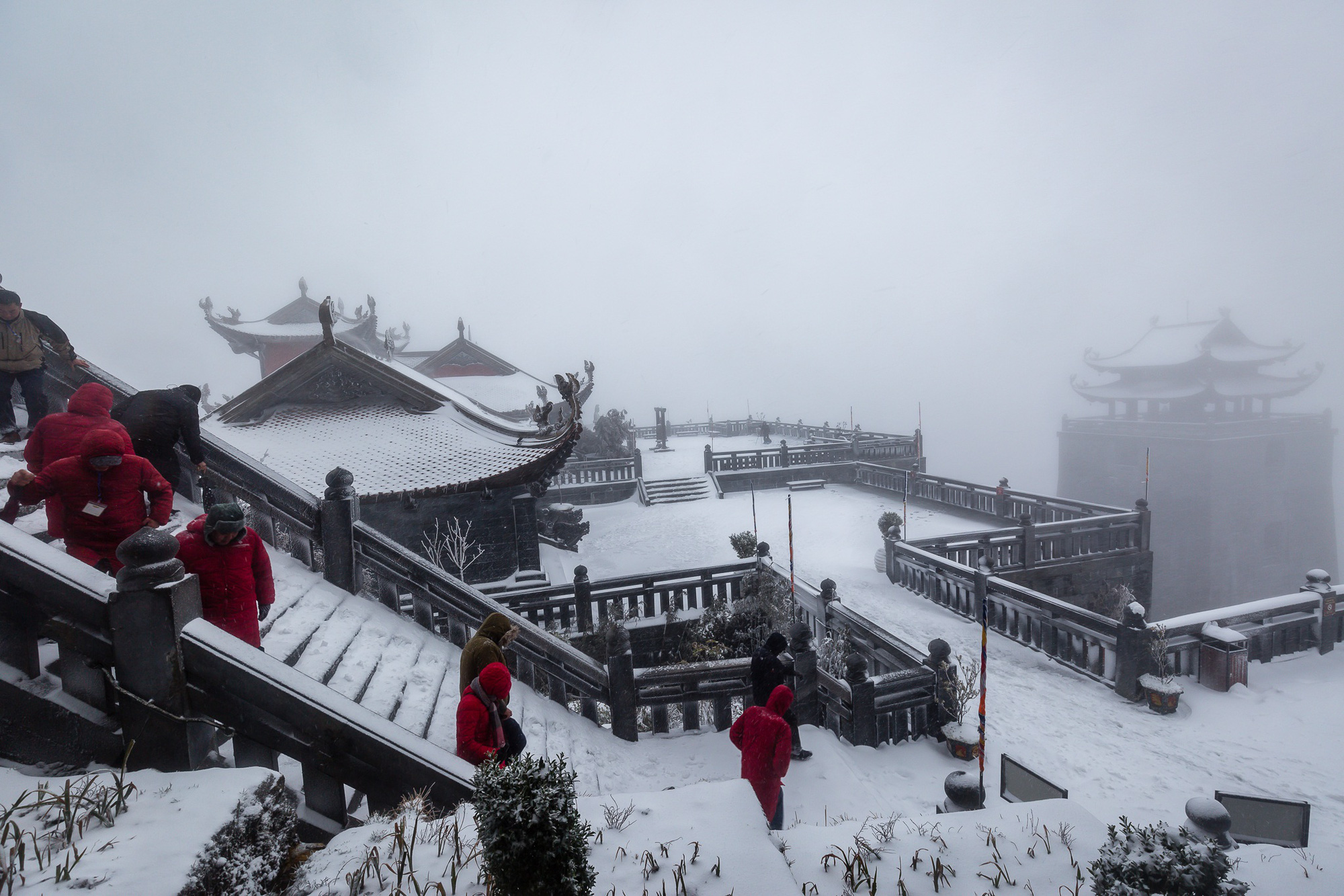 Sapa: Tuyết phủ dày 60cm trắng trên đỉnh Fansipan - Ảnh 7.
