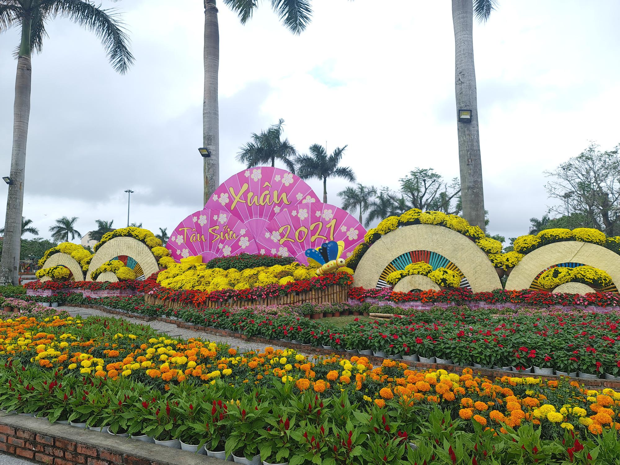 Quảng trường lớn nhất tỉnh Quảng Nam được trang trí bằng đồ nhà nông và hàng chục loại hoa sắc sảo - Ảnh 2.